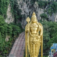 Сын Шивы и 272 ступени, вход в пещеру Бату (Batu Cave), Куала-Лумпур, Малайзия. :: Edward J.Berelet
