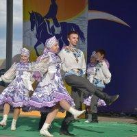 Задорный танец. :: юрий Амосов