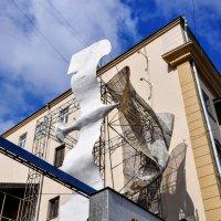 Птица над входом в Дом Бурганова :: Анатолий Колосов