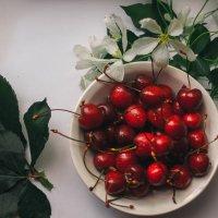Сочная вишня :: Darya Korobova
