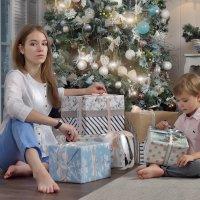 Разбор подарков. :: Юлия Масликова