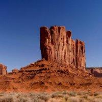 """Проезжаем мимо скалы """"Верблюд"""" (Camel Butte, Долина Монументов, США) :: Юрий Поляков"""