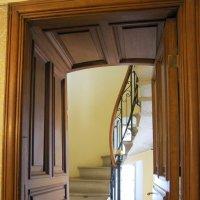Внутренняя лестница на второй этаж :: Валерий Новиков