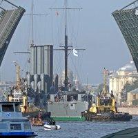 Проход крейсера Аврора под Дворцовым мостом. :: Виктор Егорович
