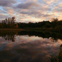 Облака, отражаясь в реке, по воде и по небу плывут ... :: Евгений Юрков
