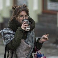 В круглых очках и со стаканчиком кофе :: Александр Степовой
