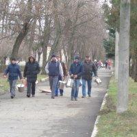 Разносчики обеда в психиатрической больнице (Игрень. Украина) :: Алекс Аро Аро