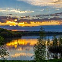 Закат над озером. :: Сергей В. Комаров