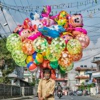 Продавец праздничных шаров :: Алексей Видов