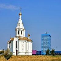 Храм во имя Св. Архистратига Божия Михаила и заводоуправление АвтоВАЗа в Тольятти :: Денис Кораблёв