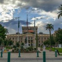 Мы у здания Капитолия штата Аризона (г.Феникс, США) :: Юрий Поляков