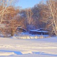 Замело деревеньку снегом...В небо синее змейкой серой поднимаются клубы дыма... :: Елена Ярова