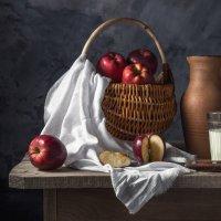 Натюрморт с яблоками :: Алексей Кошелев