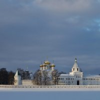Снегом убеленный, солнцем озаренный монастырь стоит . :: Святец Вячеслав