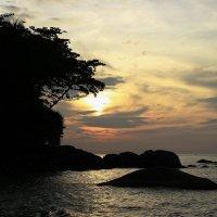 Рай — это лежать на горячем песке, смотря на красивый закат и синее море... :: Вадим Якушев