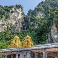 У входа в пещеру Бату (Batu Cave), Куала-Лумпур, Малайзия. :: Edward J.Berelet