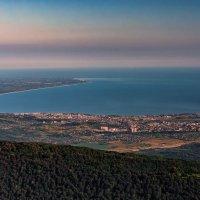 Вид на Сухумскую бухту с Сухум горы :: Александр Криулин