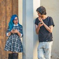 Юноша и девушка с голубыми волосами :: Владимир Брагилевский