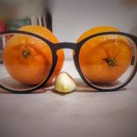 Стоило только забыть очки, дети придумали шутку. :: Ирина Крохмаль