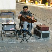 Уличный музыкант :: Александр