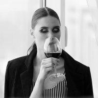 Девушка, бокал, вино ... :: Александр Шамов