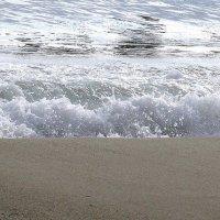 На солнечном пляже :: Людмила