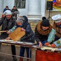 Тёща помогает зятю раскатывать тесто :: Marina Timoveewa