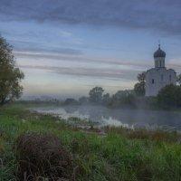 В дымчатых восходах у Покрова храма. :: Igor Andreev