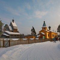 Слева. Старинный Георгиевский храм :: Валентина Папилова