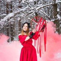 Девушка на фоне красного цветного дыма в лесу зимой в красном платье :: Ирина Вайнбранд