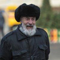 Прохожий старик в кроличьей шапке :: Александр Степовой