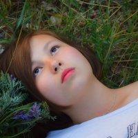 Девочка на поле из травы :: Таня