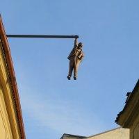 Памятник Зигмунду Фрейду «Висящий человек». :: ИРЭН@ Комарова