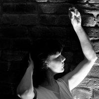 Девушка у стены :: Алексей Саломатов