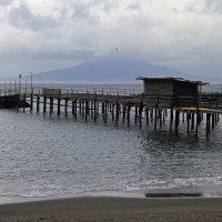 Вид на Везувий с пляжа в Сорренто :: skijumper Иванов