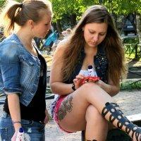 Девушки в парке :: Георгий Кашин
