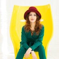 Девушка в шляпе в желтом кресле :: Ирина Вайнбранд
