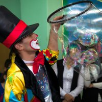 Клоун, публика и мыльные пузыри :: Вадим