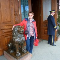 С Левушкой около одной из самых дорогих гостиниц Санкт-Петербурга :: Наталья Т
