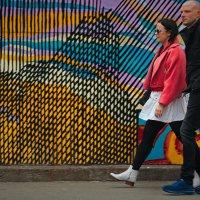 Вдоль стенки расписной с милым шлёпала домой :: Олег Чемоданов