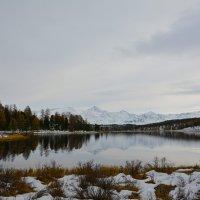У горного озера. :: Валерий Медведев