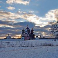 Зима. Свенский монастырь в вечернем свете угасающего дня :: Дубовцев Евгений
