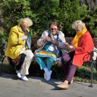 Бабушки на отдыхе :: Марина