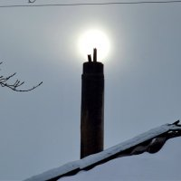 Солнце село отдохнуть на трубу дома :: Светлана Рябова-Шатунова