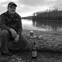 С  пивом   у  реки :: Владимир Коваленко
