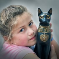 Девочка с коллекционной статуэткой :: Борис Херсонский