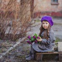 тюльпаны во дворе :: Анастасия Адамович