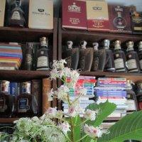 Гламурный букет из акации, каштана, книг и коньяков... :: Алекс Аро Аро