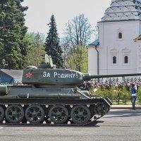 Праздник Победы 9 мая, Советская площадь, танк Т-34 :: Николай Белавин
