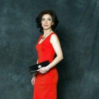 Девушка в красном... :: Наталия Соколова